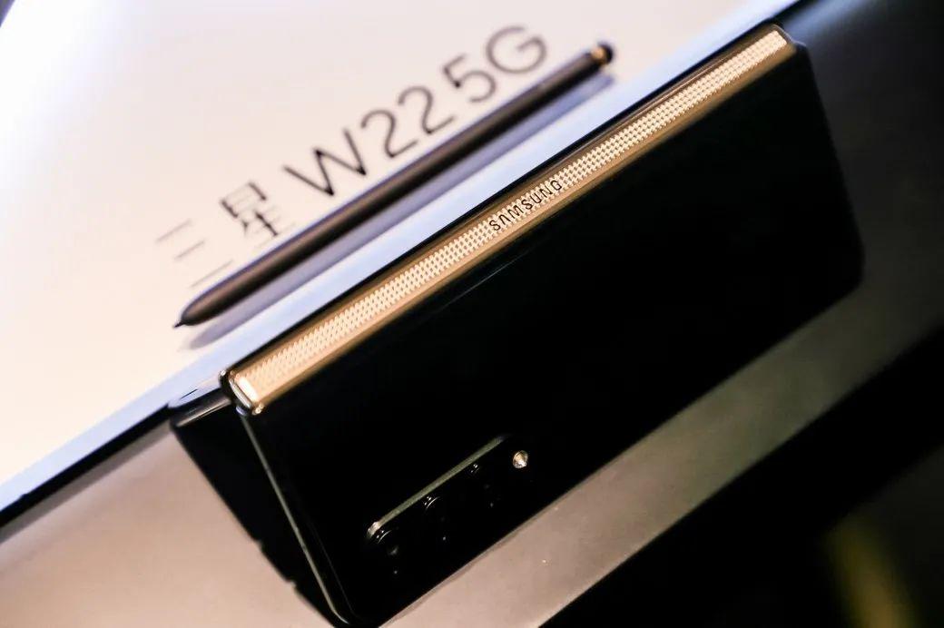 谱折叠华章!心系天下三星W22 5G发布,售价16999元